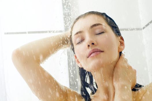 femme dans une douche
