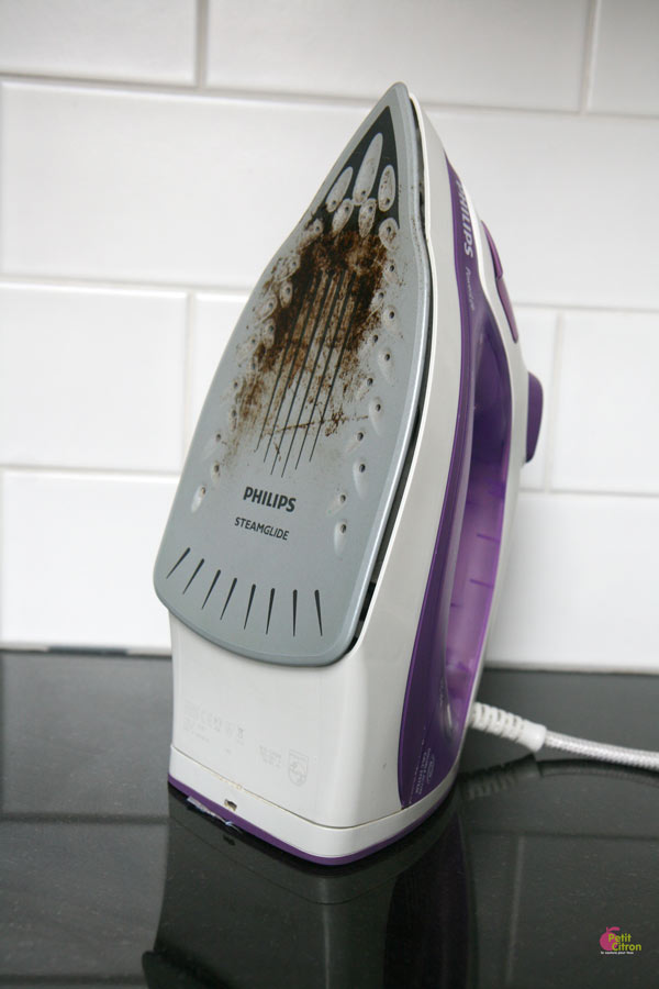 nettoyer semelle fer à repasser noire