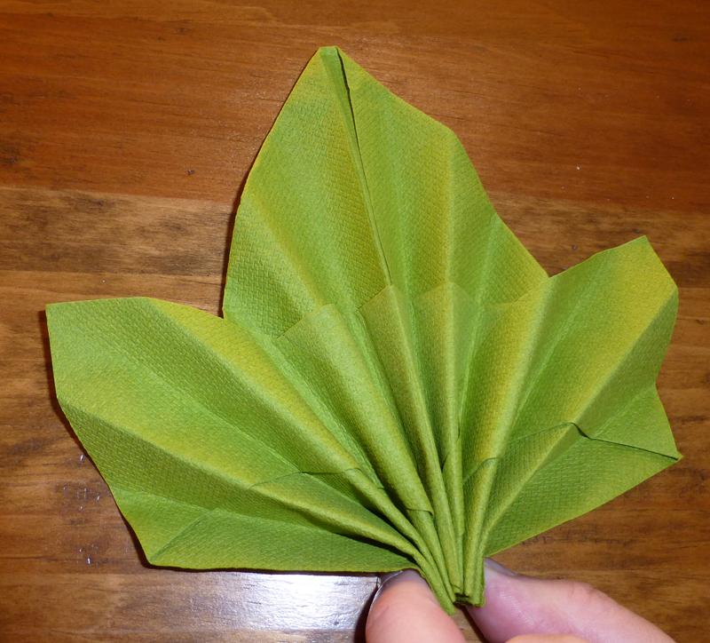 pliage serviette en forme de feuille